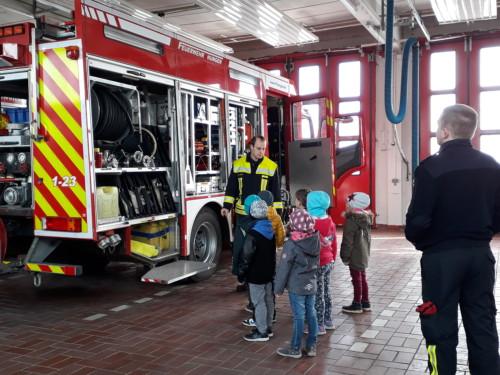 Begutachten der Feuerwehrautos